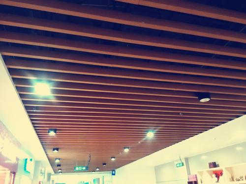 铝方通吊顶和铝扣板吊顶对比-集成吊顶和石膏板吊顶对比哪个更胜一筹